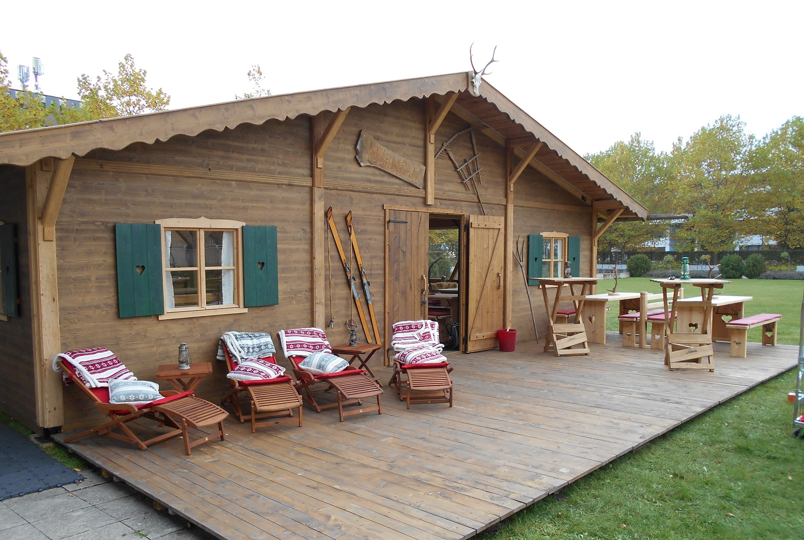 hütte-almhütte-frontterrasse-mit-liegestühlen